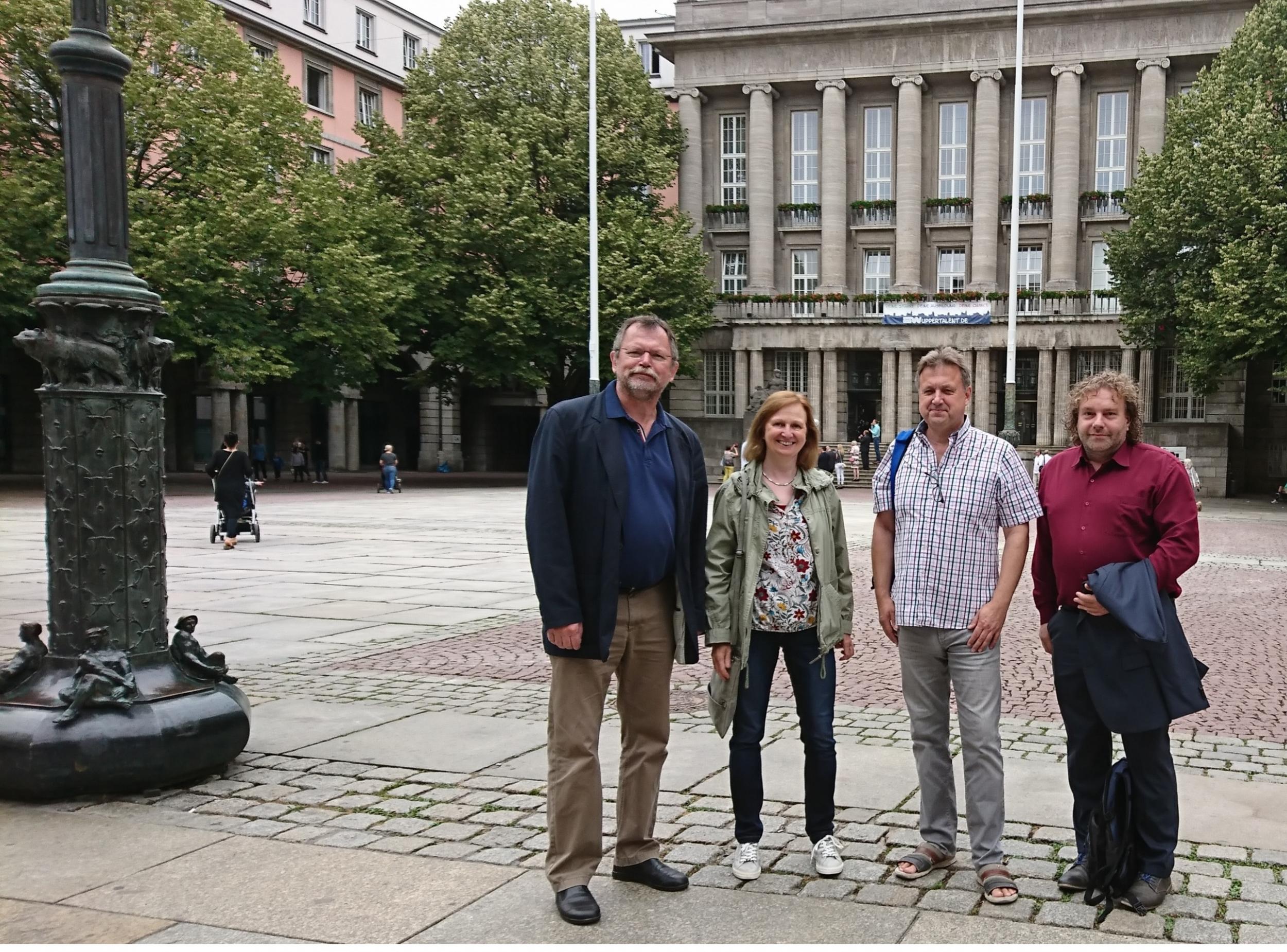 Vor dem Wuppertaler Rathaus